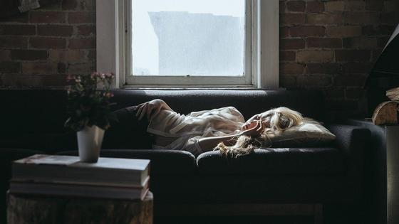 Девушка спит на диване