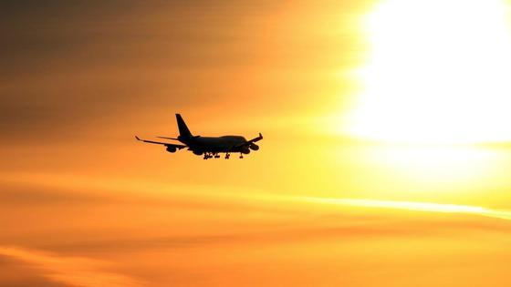 Самолет улетает в закат