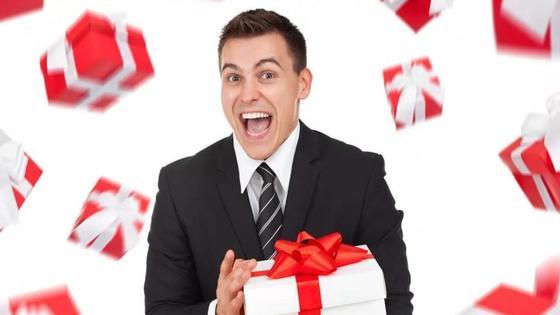 Мужчина радуется подарку