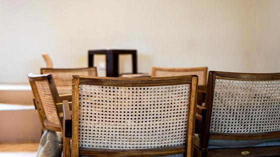 Стулья и кресла стоят на полу