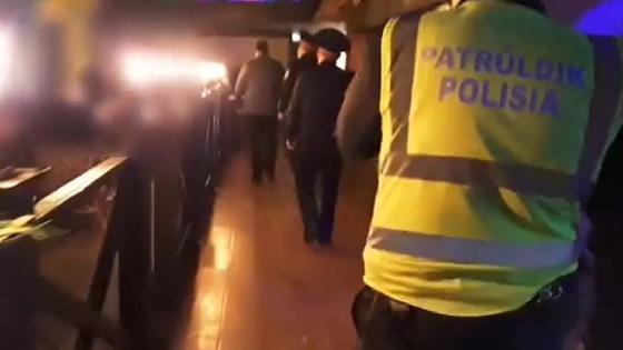 Полицейские заходят в работавшее новью заведение в Павлодаре