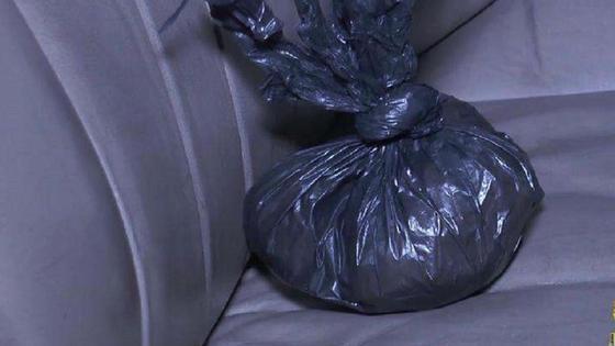 Полиэтиленовый пакет лежит на заднем сидении авто