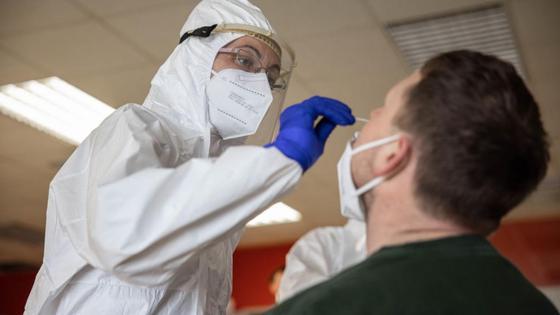 Медсестра собирает биоматериал у пациента