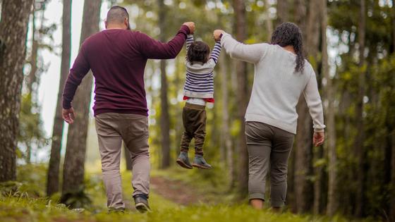 Семья идет по лесу