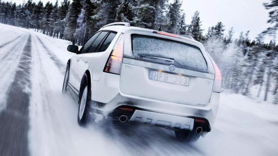 Машина едет по снегу