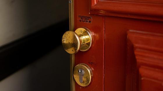 Приоткрытая дверь с золотистой ручкой