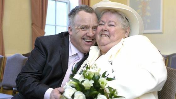 Счастливая пожилая семейная пара