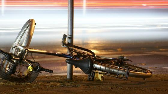 Велосипед упал на дорогу
