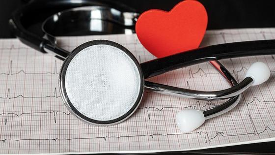 Стетоскоп и кардиограмма
