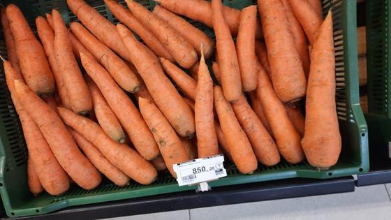 Морковью торгуют на рынке
