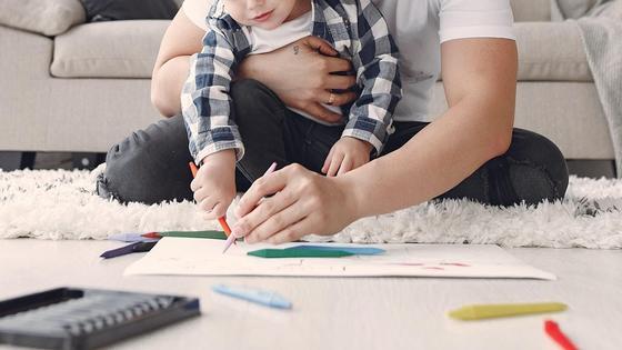 Отец рисует вместе с сыном