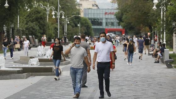 два парня в масках идут по улице