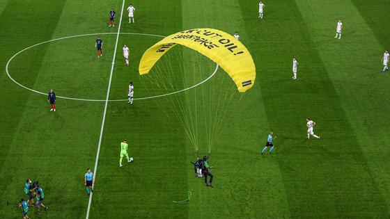 Параплан на матче Франция - Германия