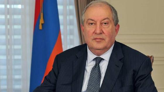 Армен Саркисян сидит на стуле