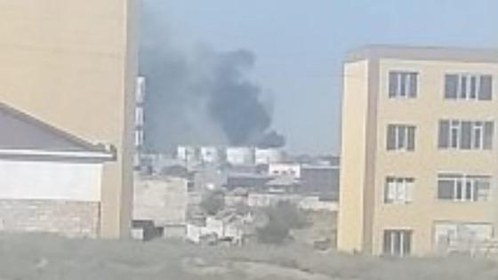 Черный столб дыма над зданиями в Актау
