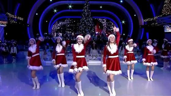 Девушки танцуют в костюмах Санты