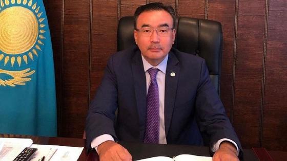 Бахтияр Унербаев за рабочим столом