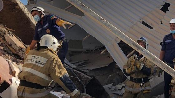 Спасатели работают на месте трагедии