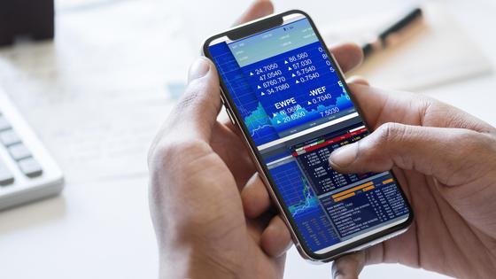Мужчина торгует онлайн на фондовой бирже