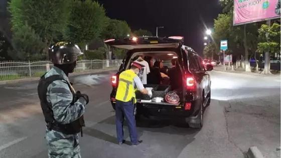 Полиция проверяет автомобили, проезжающие рядом с местом преступления в Шымкенте