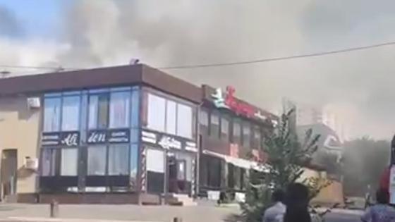 Дым от пожара поднимается над кафе в Алматы