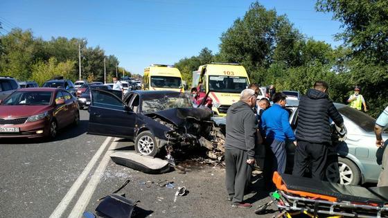 разбитые в ДТП автомобили стоят на дороге
