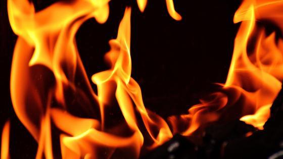 Пламя полыхает