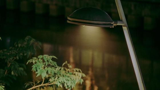 Фонарь светит на улице