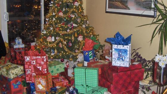 коробки с подарками под елкой