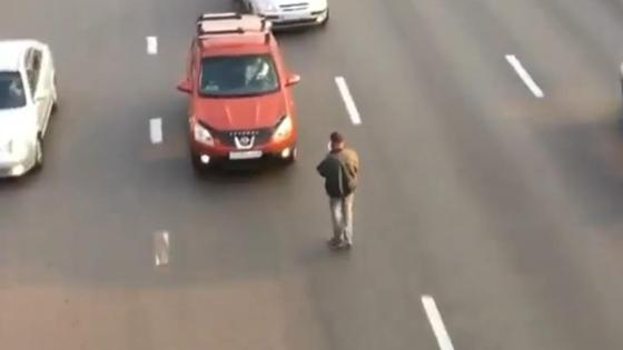 Мужчина разгуливает по проезжей части