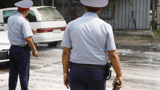 Полицейские стоят на дороге