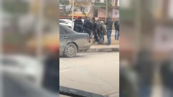 Люди помогают сбитому пешеходу