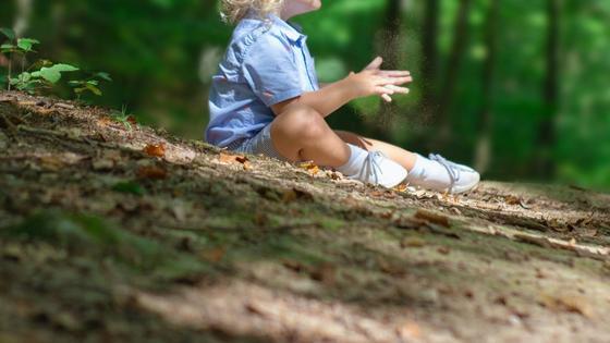 Ребенок сидит на земле