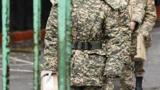 Военнослужащие стоят в ряд