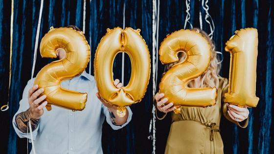 Мужчина и женщина держат в руках цифры 2021