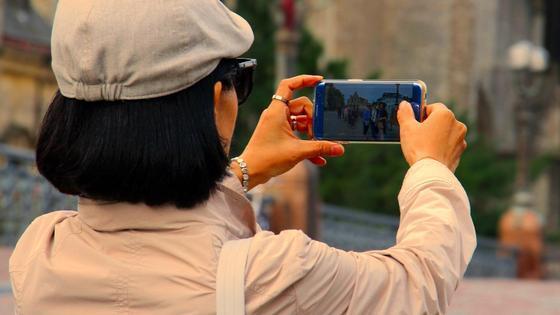 женщина фотографирует на телефон