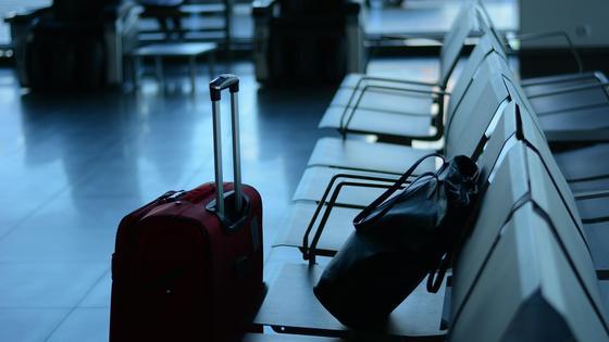 Чемодан и сумка лежат в зале ожидания