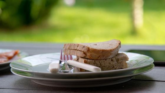 Несколько ломтей хлеба лежат на тарелках