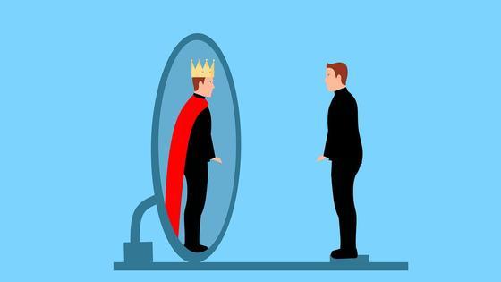 Мужчина-нарцисс смотрит в зеркало