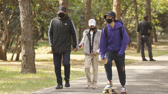 молодые люди в масках идут по улице