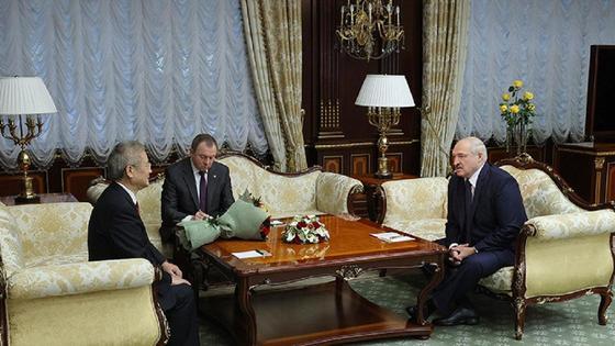 Цуй Цимин и Александр Лукашенко сидят за столом