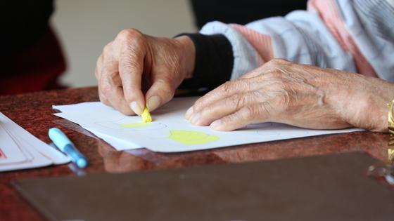 Человек рисует на листе