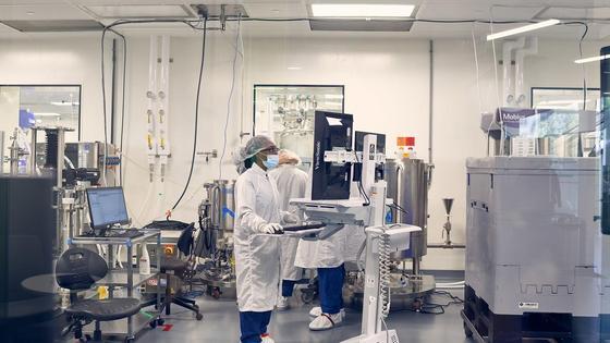 Врач стоит в лаборатории Moderna в Массачусетсе