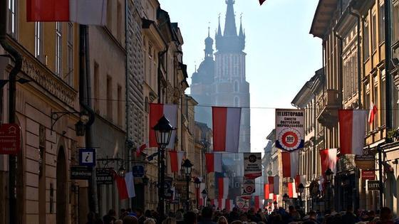 Польский город Краков украшен флагами ко дню независимости