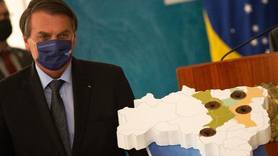 Президент Бразилии Жаир Болсонару в маске