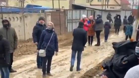 Люди идут по грязи