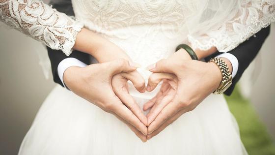 Сердечко из рук жениха и невесты