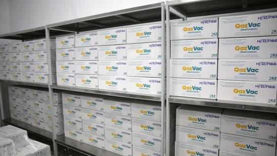 Коробки с вакциной QazVac стоят на полках