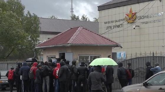Студенты стоят в очереди у столичного сборного пункта