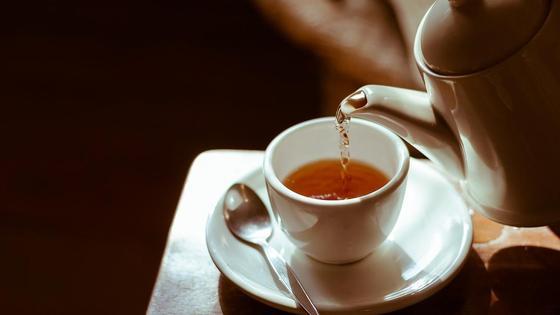 Чай наливается в чашку